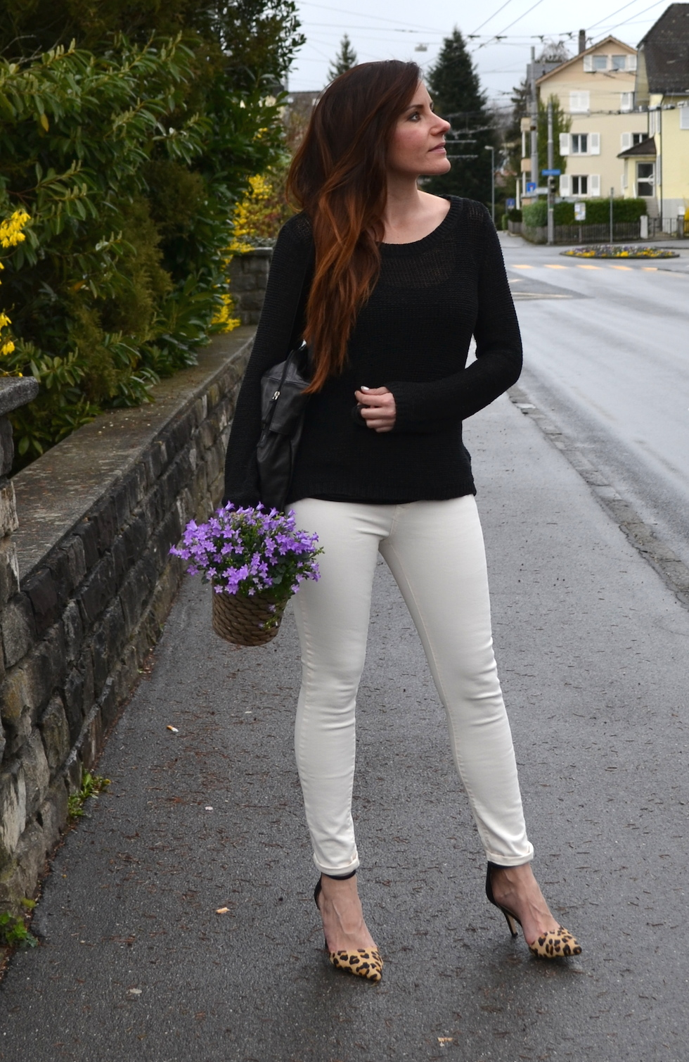 white jeans, leo pumps, knitted pullover black, fashionblog europe